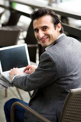 Foto-consultando-ordenador